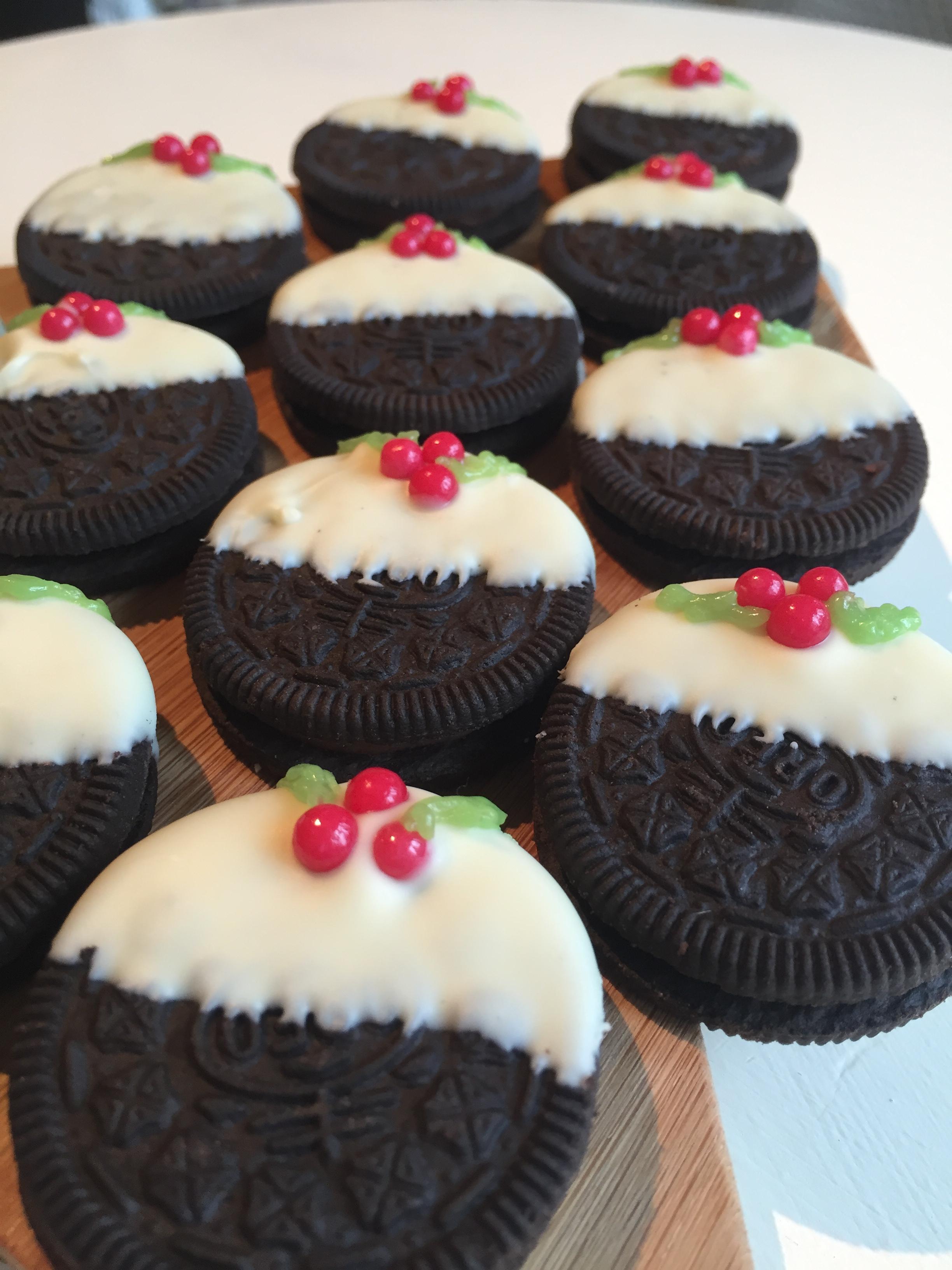 10 Minute No-Bake Christmas Pudding Oreo Cookies! | me and b make tea