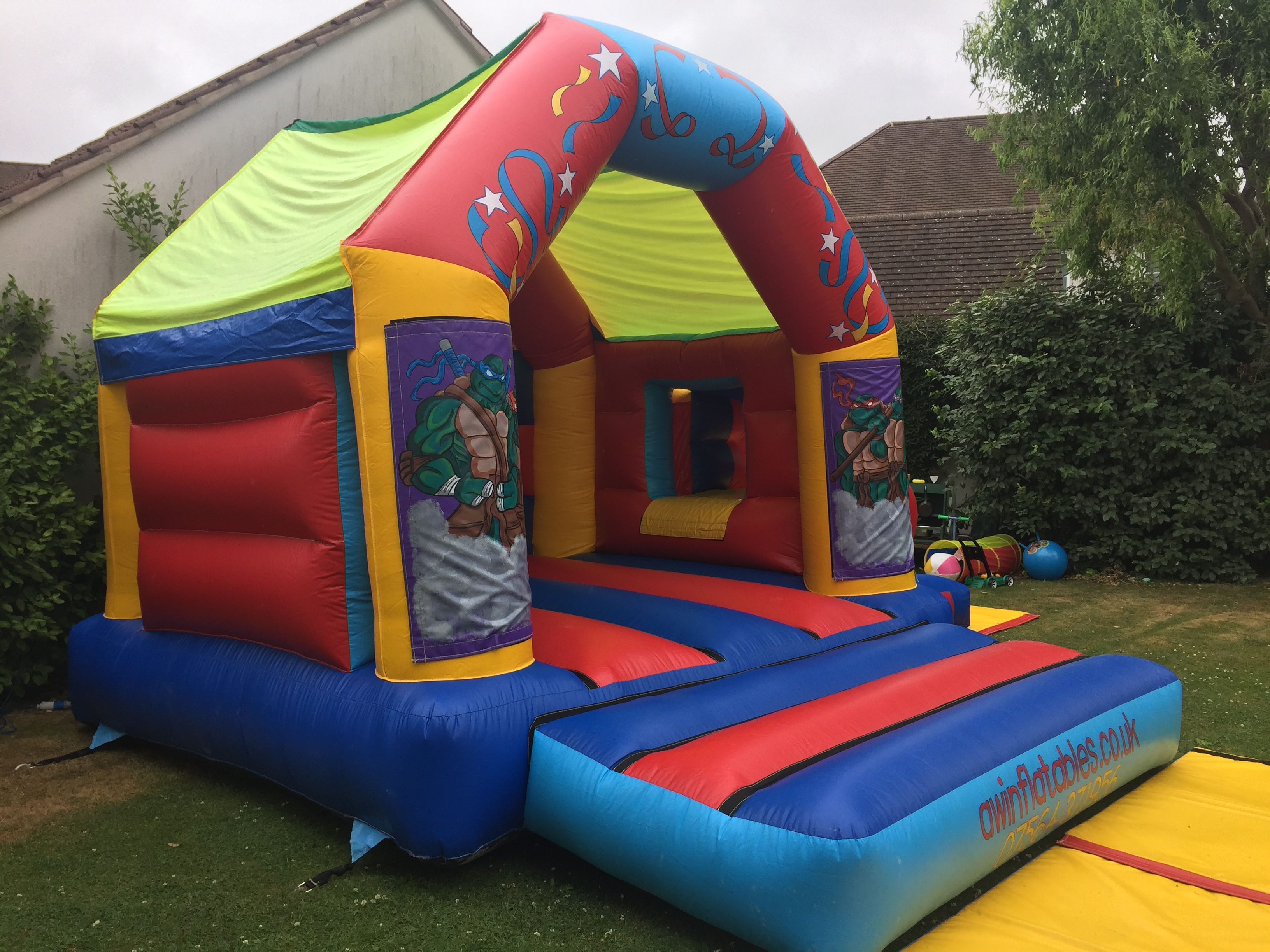 keeping childrens party simple and stress free with bouncy castle
